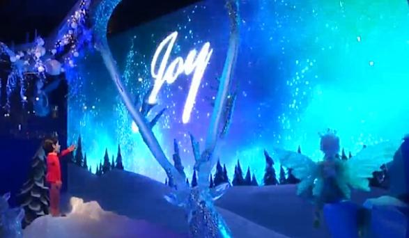 живой снег, переливающийся иней, мальчик и фея в витрине Macy's