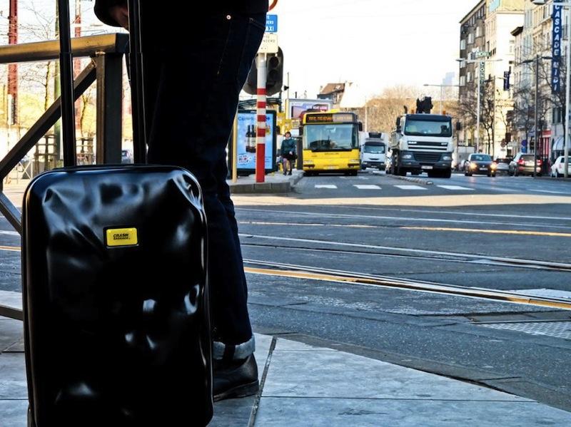 черный чемодан Crash baggage