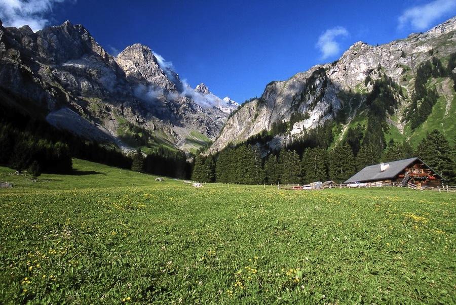 : озеро и горы в окрестностях Виллара