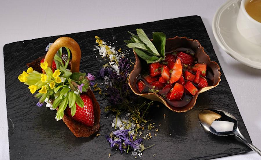 десерт из Eurotel Victoria с альпийскими цветами