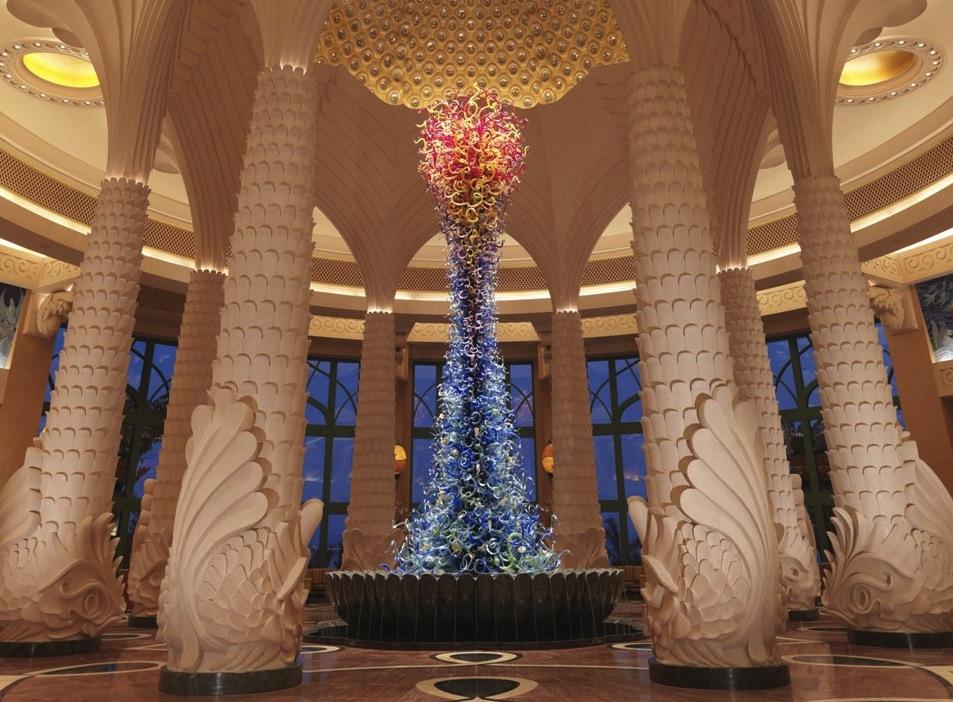 скульптура Дейла Чихули в холле отеля AtlantisThePalm