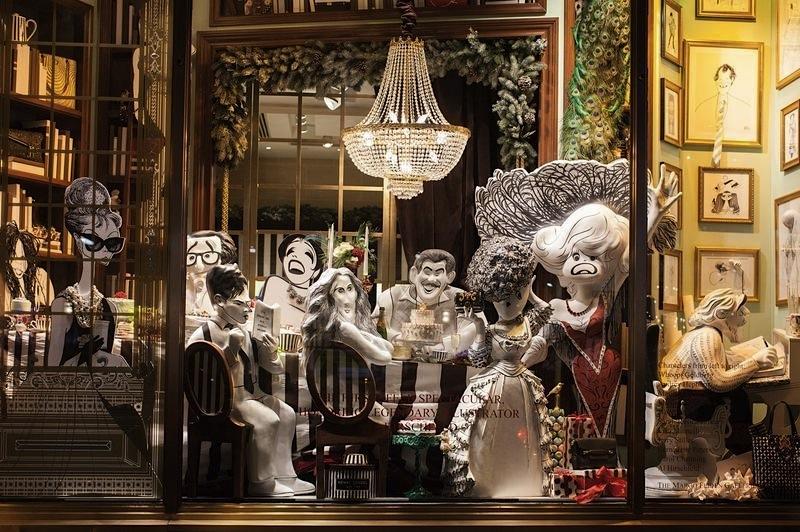 карикатурные знаменитости в рождественской витрине Henri Bendel