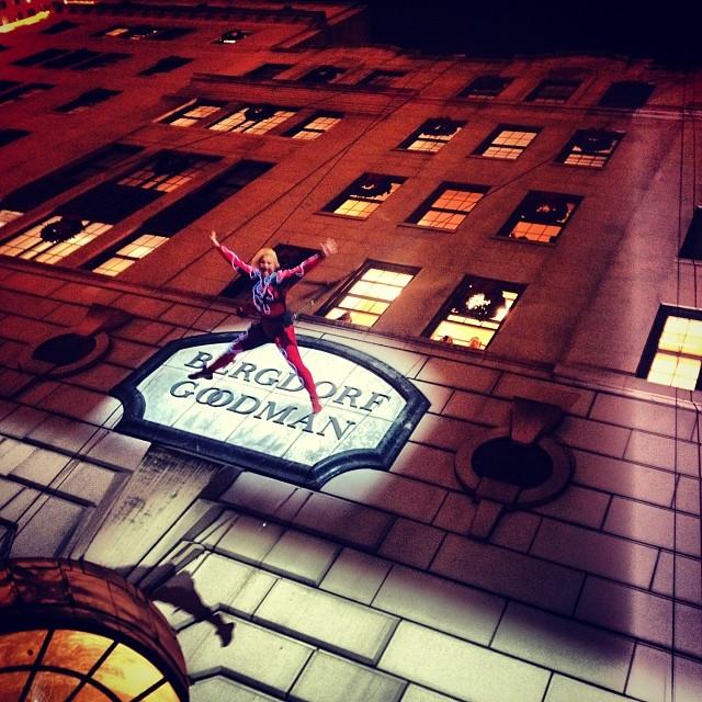 акробаты на празднике по случаю открытия рождественских витрин Bergdorf Goodman