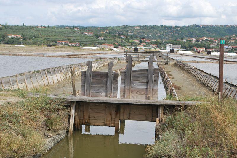 задвижки, регулирующие высоту воды в каналах