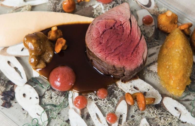 Le Dome Стейк из филе латвийского оленя с луковым мармеладом, реповым пюре и пивным соусом