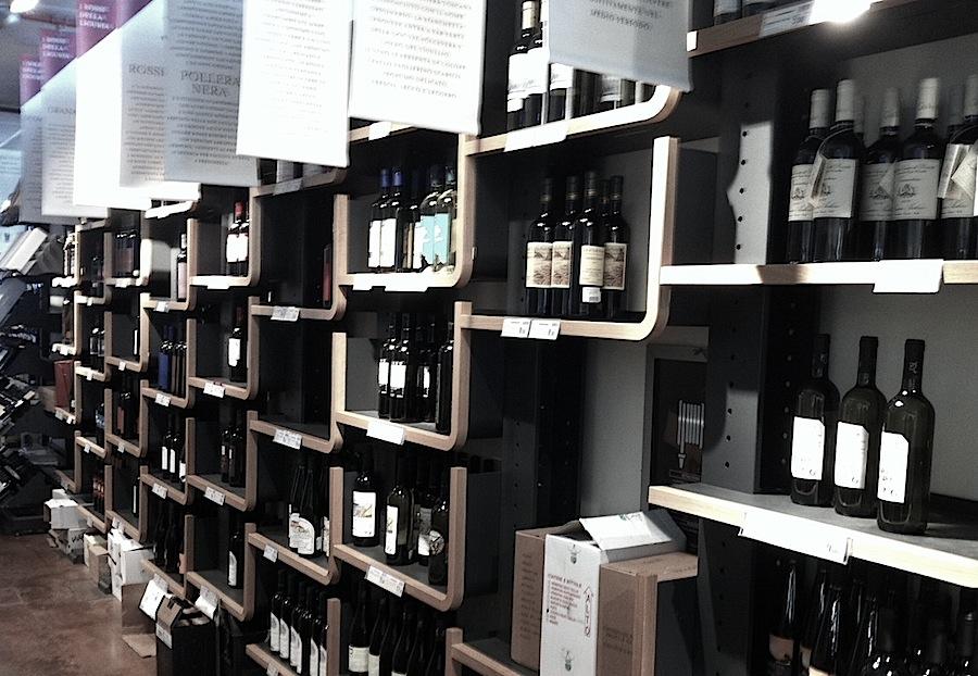 винный зал, рядом с каждым сортом вина - табличка с рассказом об этом сорте