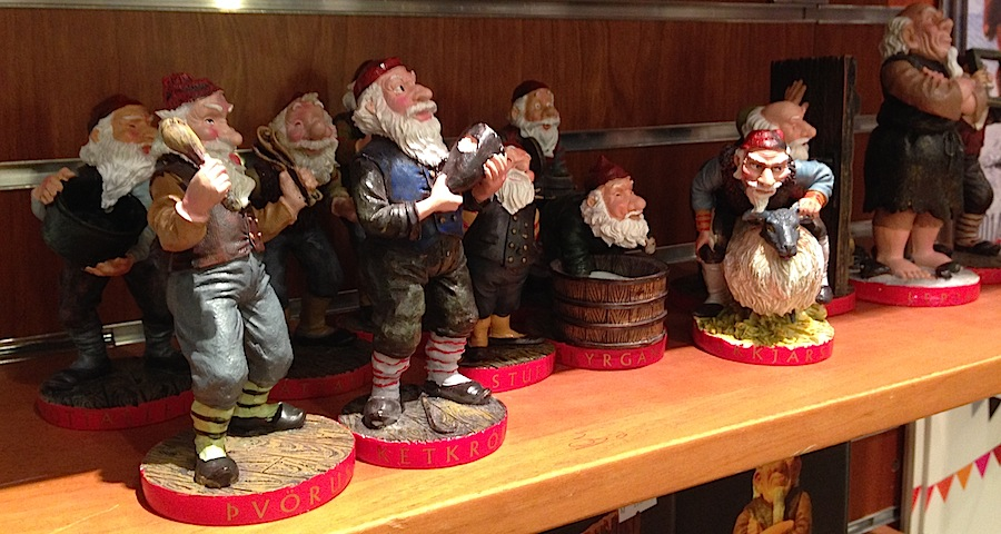 фигурки Yule Lad в сувенирном магазине Рейкьявика