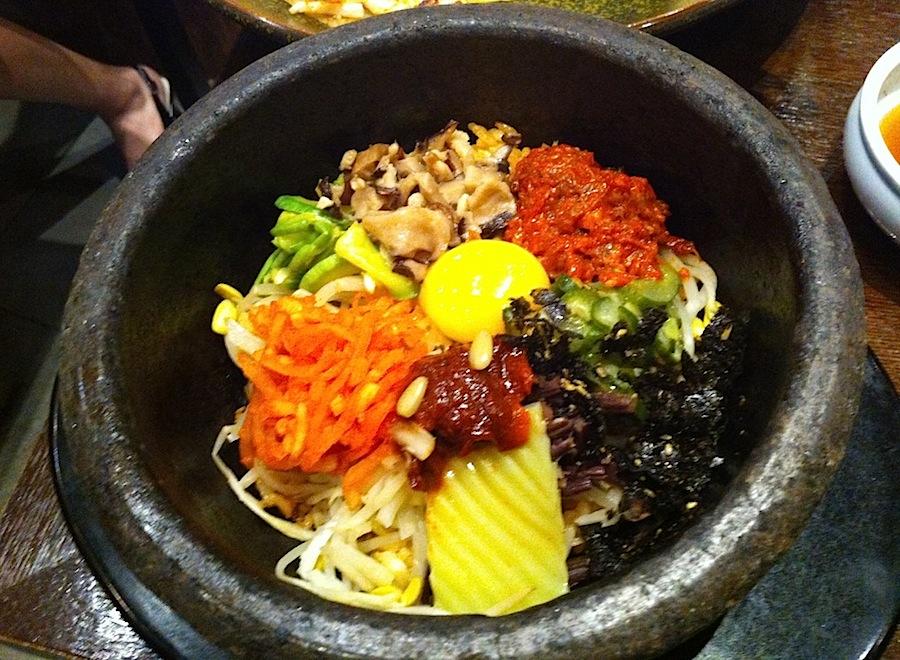 Пибимпап: мясо с рисом, овощами и яйцом