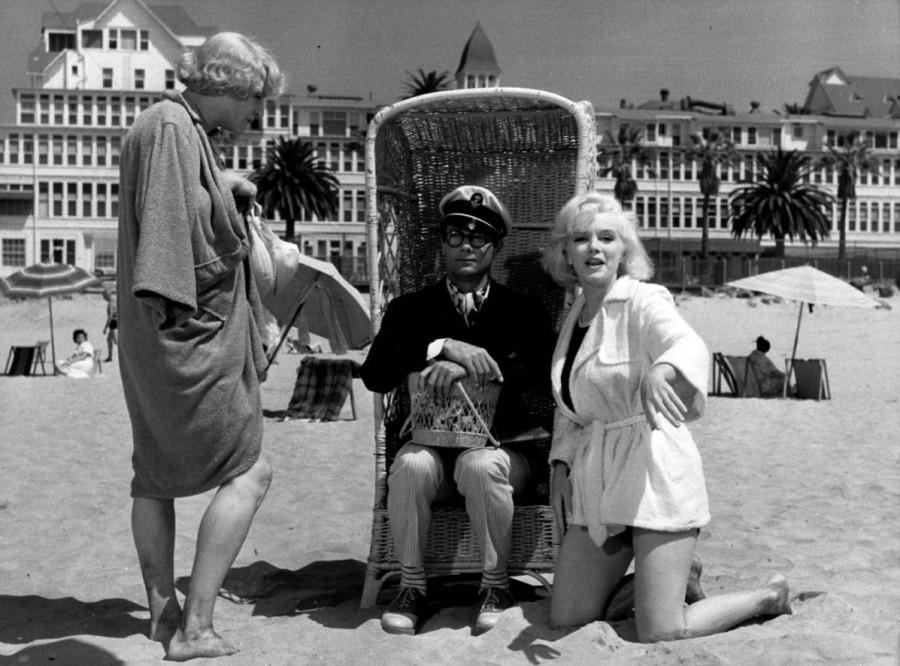 актеры на фоне отеля Дель Коронадо