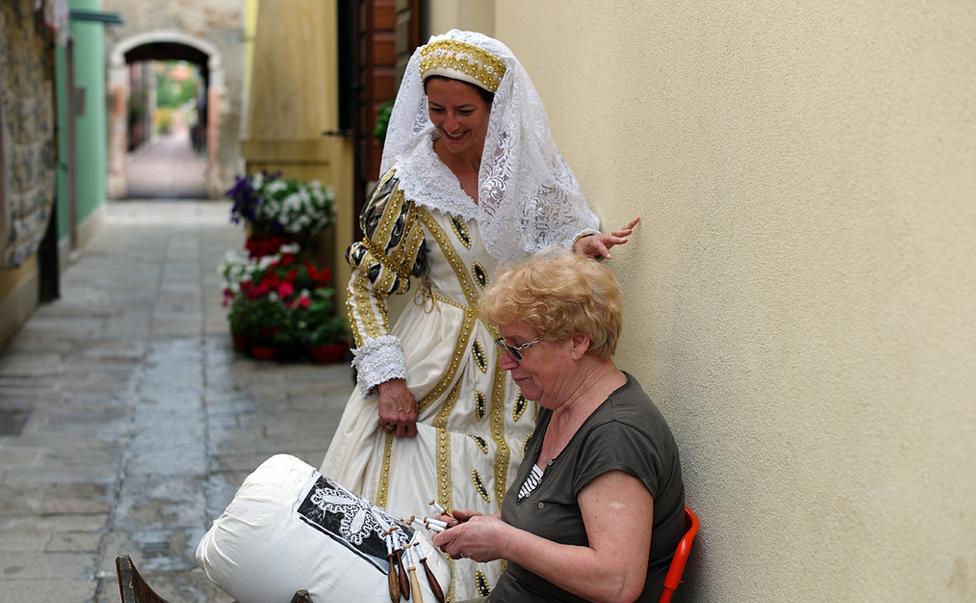 Флавия и ее сотрудница в костюме ателье
