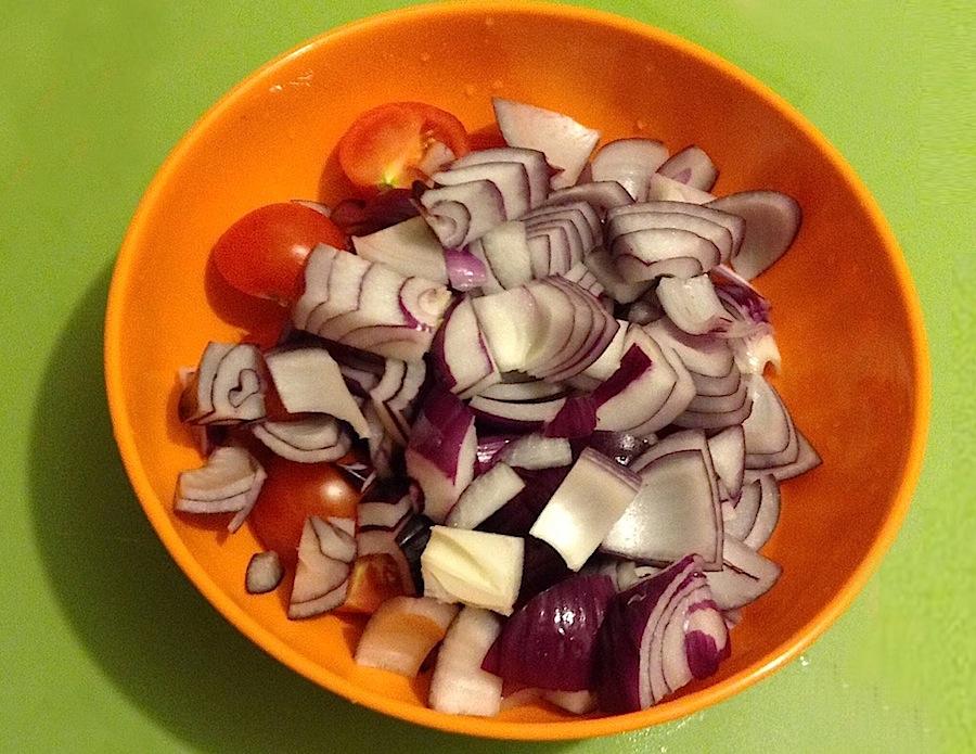 нарезанный лук и помидоры