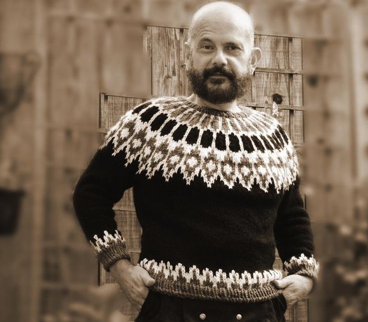 суровый исландский мужчина в лопапейсе