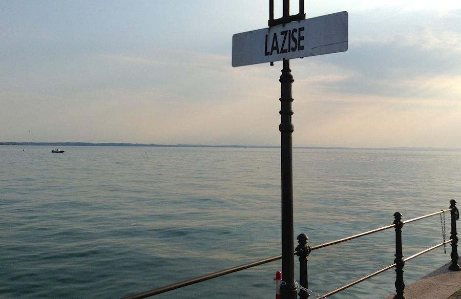 Вывеска с названием города на набережной Лацизе