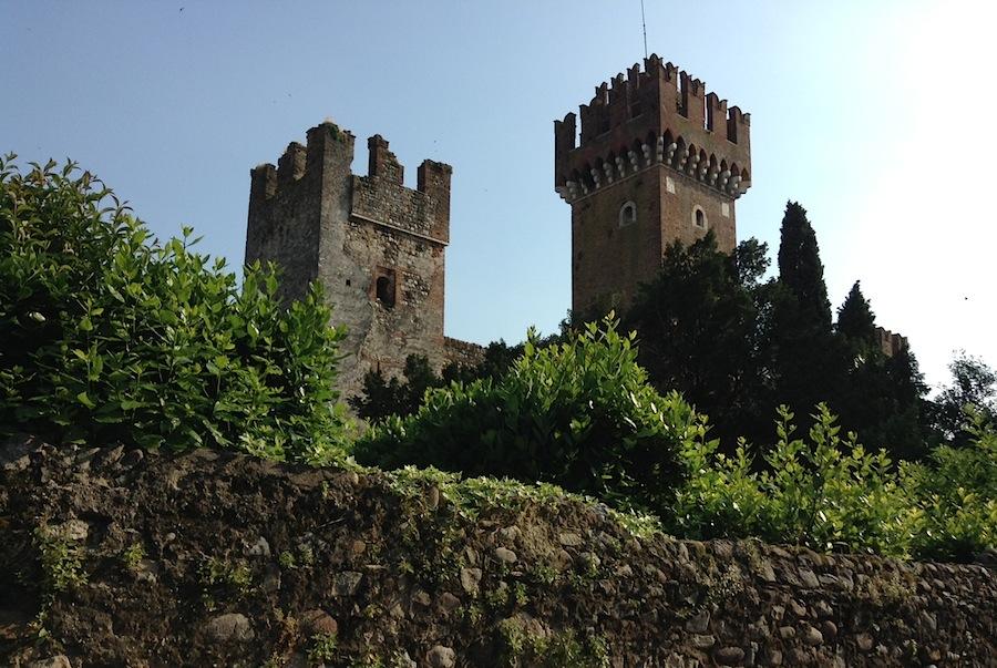 город обнесен крепостной стеной, собственный замок в Лацизе тоже имеется