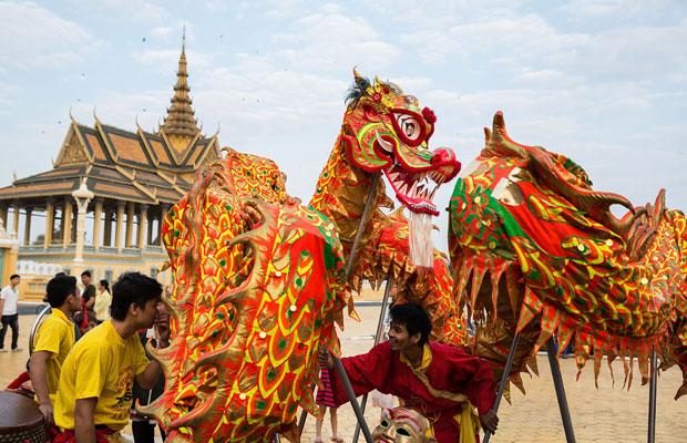 шоу танцоров возле королевского дворца в Камбоджи