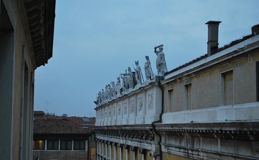 статуи античных богов на крыше Проскураций