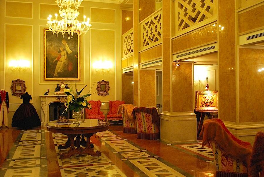 салон отеля с камином