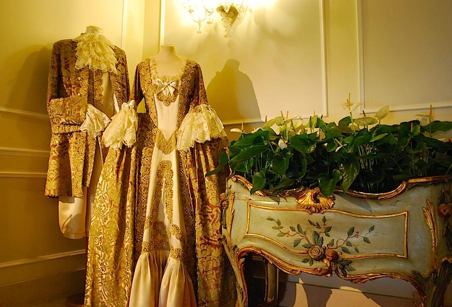 костюмы для венецинского карнавала от ателье Flavia в холле Hotel Luna Baglioni