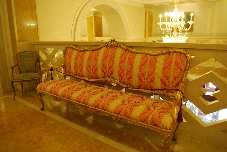 старинные диван в холле отеля