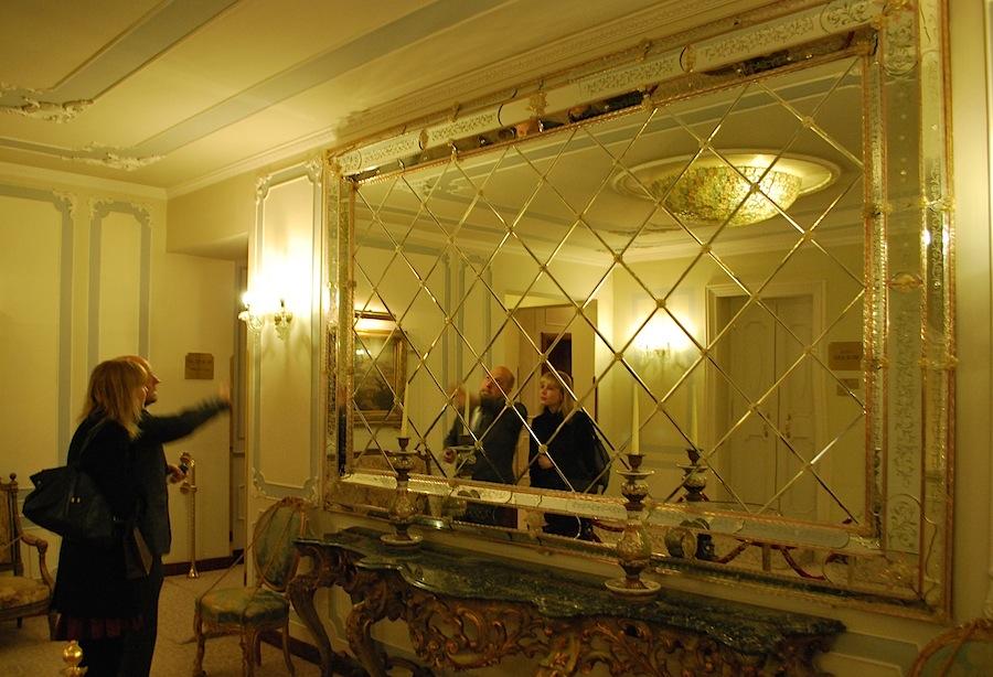рассматриваю зеркала в отеле Luna Baglioni