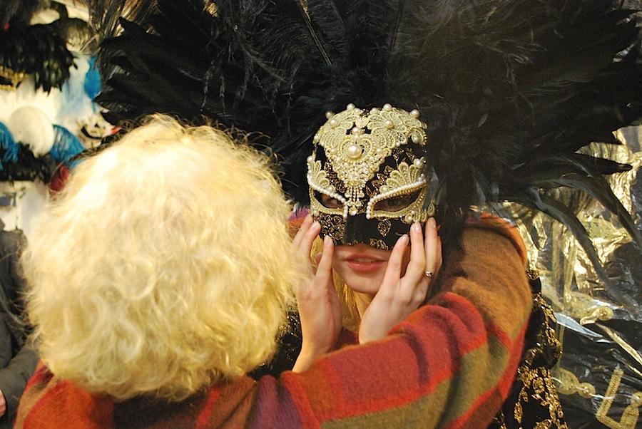 Флавия надевает на меня маску с перьями