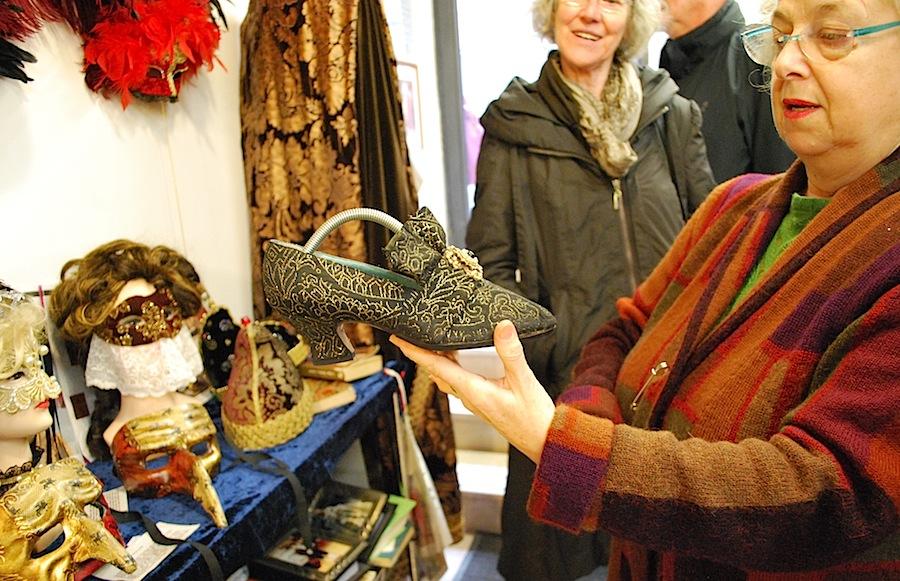 Флавия показывает венецианские туфли, которые также производят в ателье