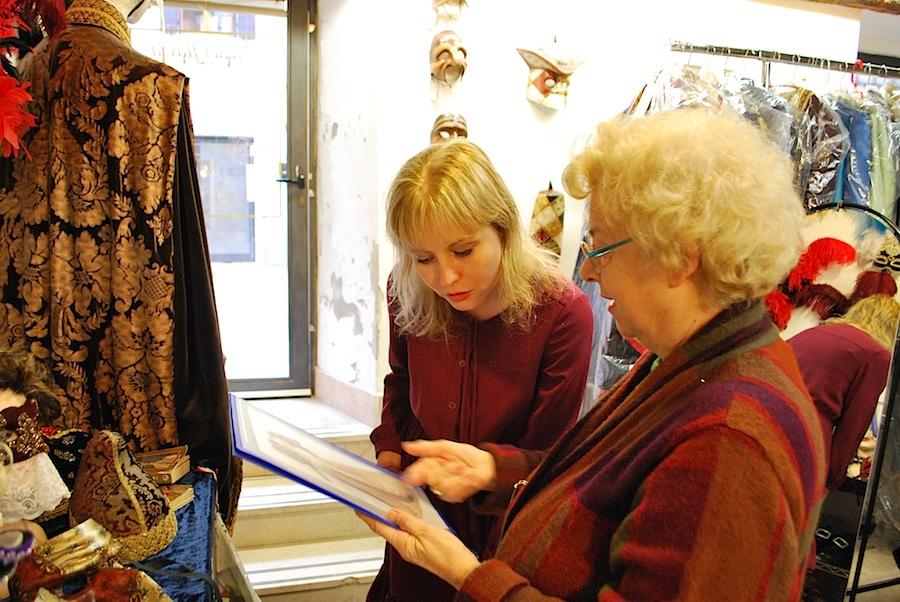Сеньора Флавия показывает эскиз костюма