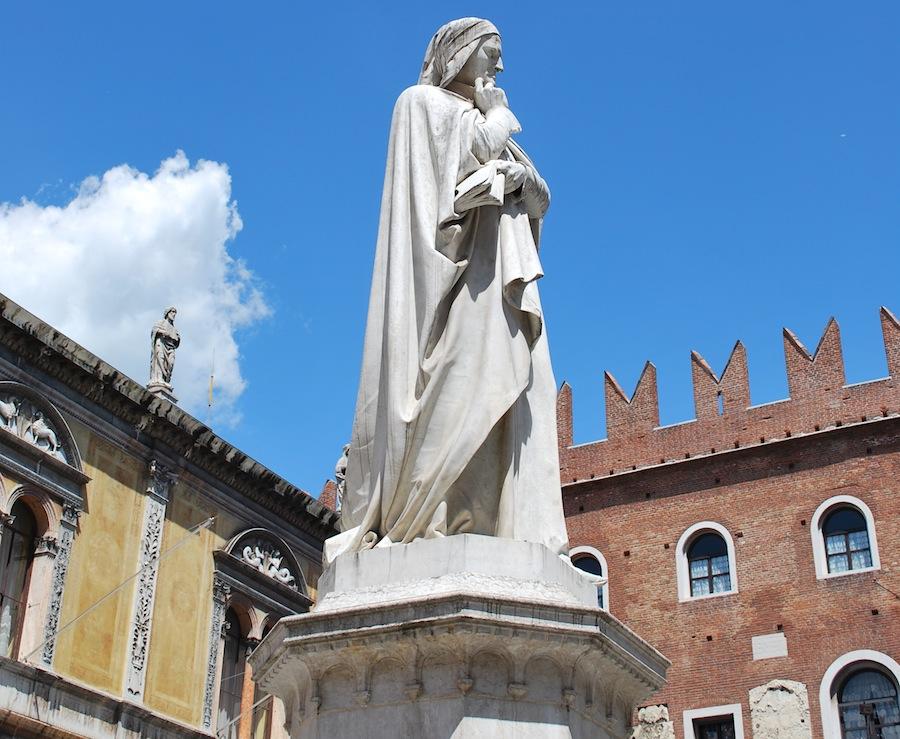 памятник Данте напротив палаццо Подеста