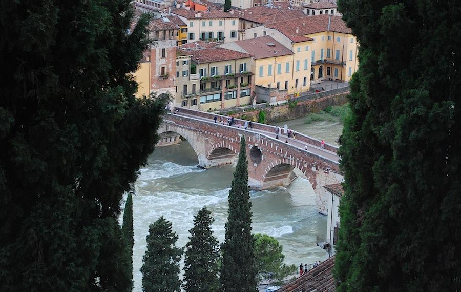 вид на мост Понте Пьетра с холма Кастель Сан Пьетро