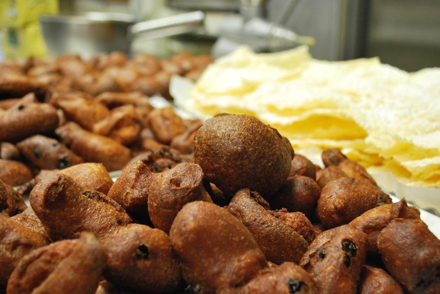 fritelli и galani еще не посыпанные сахарной пудрой