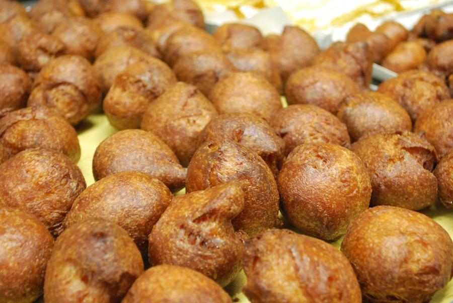 свежеиспеченные фрителле (fritelle), пока без начинки и не посыпанные сахарной пудрой