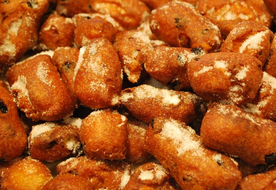 fritelle с изюмом и орешками, посыпанные сахаром