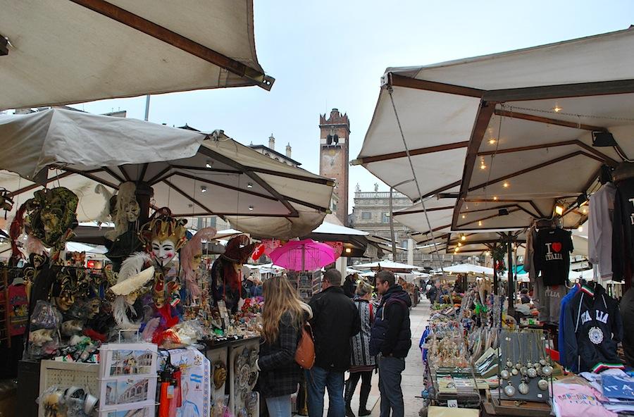 на Пьяцца делле Эрбе сегодня торгуют сувенирами