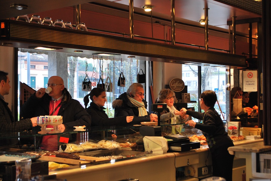 утренний ажиотаж в пастичерии San Marco, все хотят вкусняшек