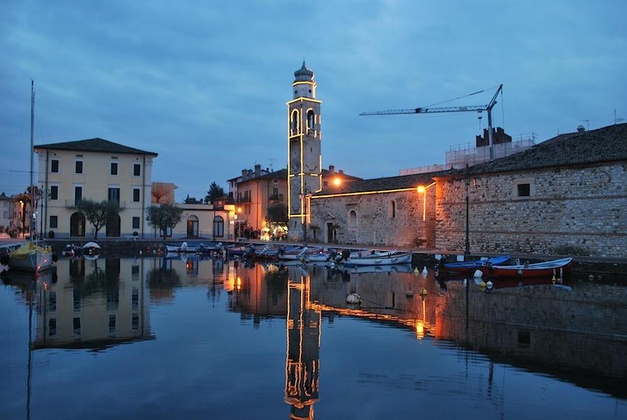 вечером колокольня близ пристани Лацизе очень красиво подсвечивается