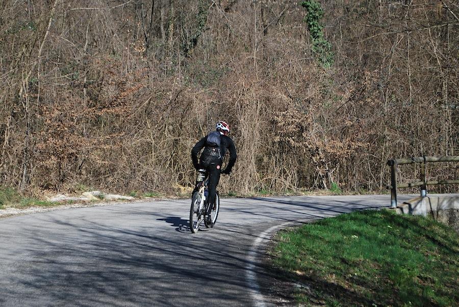 велосипедист в холмах просекко