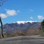 Горы с белыми, покрытыми снегом макушками