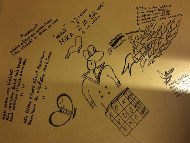 Рисунки заключенных на стенах тюрьмы