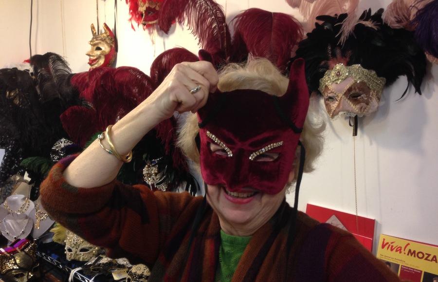сеньора Флавия в бархатной маске дьявола