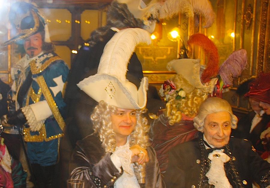 """аристократическая публика в кафе """"Флориан"""" во время карнавала"""