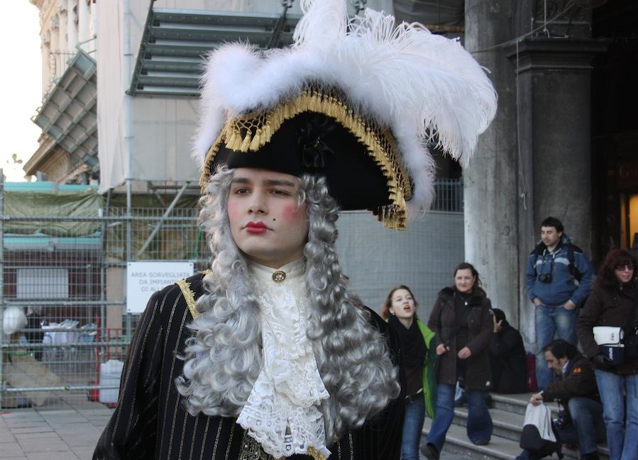 """сеньор покинул """"Флориан"""" и пошел по делам."""
