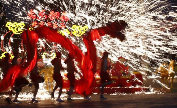 огненное танцевальное шоу в парке Пекина