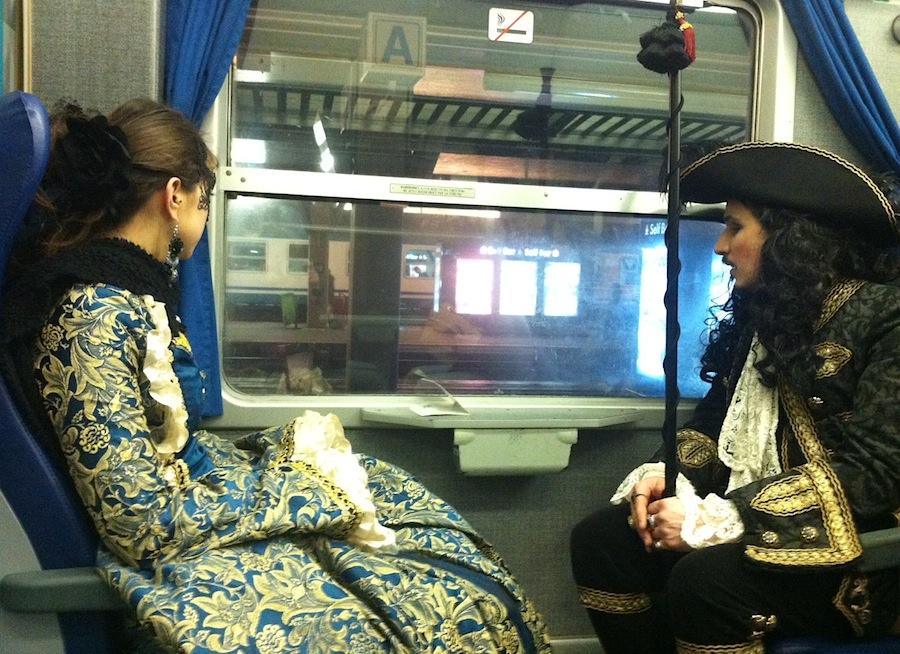 Казанова со спутницей едут в поезде домой
