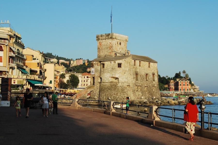 набережная и замок в Рапалло
