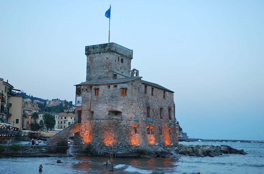 замок Рапалло, вокруг которого устроен пляж