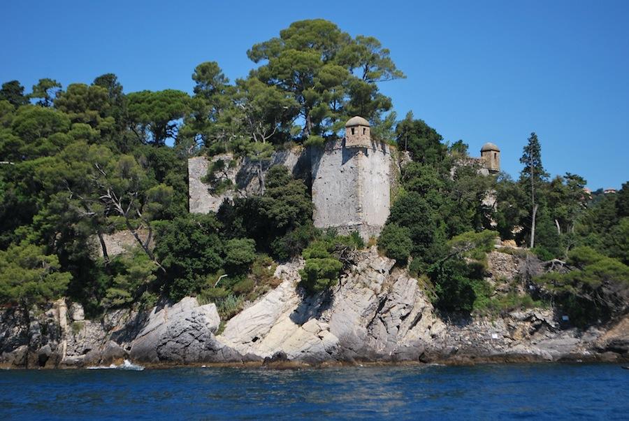 замок на скале, побережье Лигурии