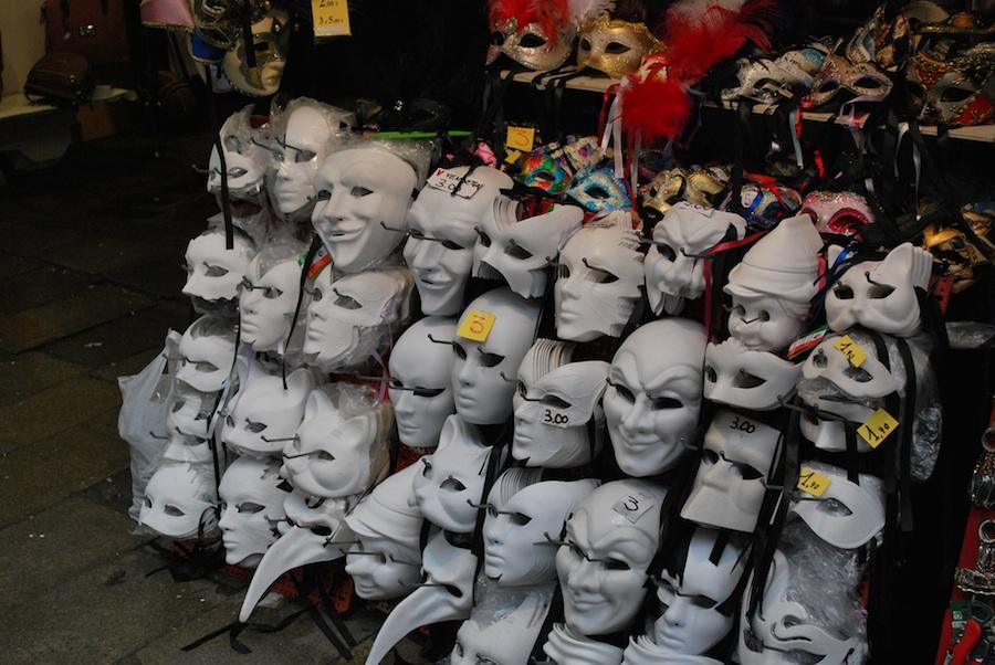 дешевые маски на улице