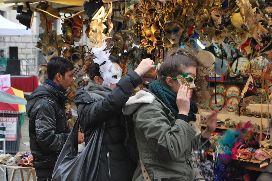 примерка маски на улице