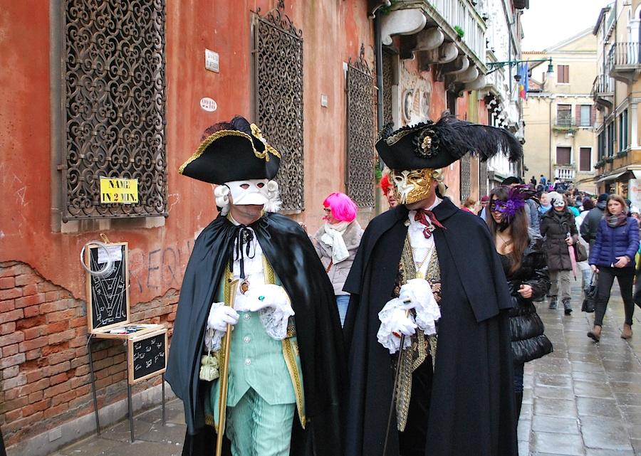 маски спешат на Сан-Марко