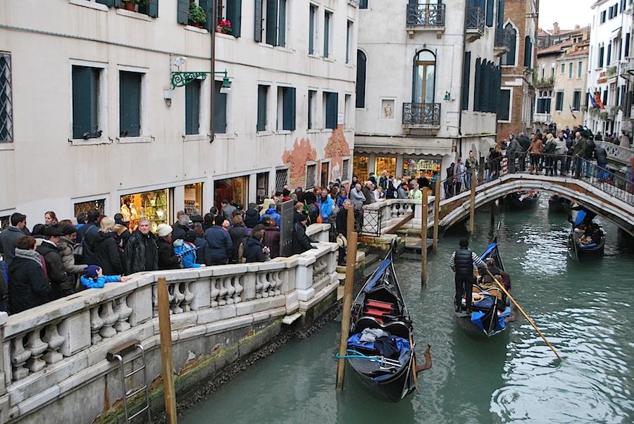 толпа на улочках Венеции во время карнавала